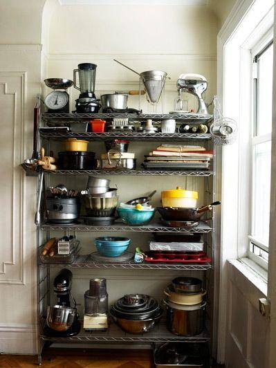In diese Regale, vollgestellt mit tollen Küchengeräten, haben wir uns sofort verliebt!