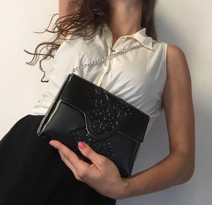Bolso de mano negro / black clutch de la firma internacional MeDusa