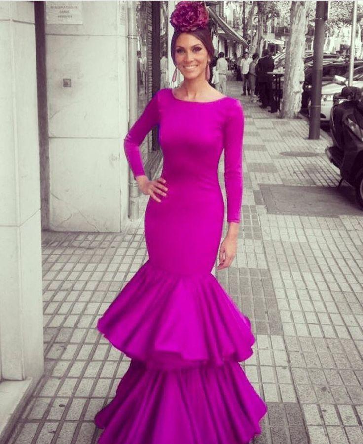 Estamos acostumbrados a pensar en un traje de flamenca que lleve lunares, pero.... ¿ y lo preciosos que quedan también los lisos ?