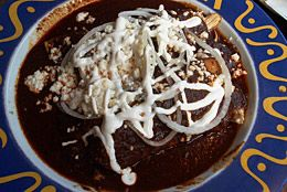 PRODUCTO: El mole es una salsa tradición de Puebla, México. El ingrediente principal es el chocolate y es una salsa utilizada en el pollo o los pimientos por lo general. PERSPECTIVA: Cada año en Puebla, México, hay un festival lunar que tiene muchas variaciones de mole. No sólo es popular en México, pero también en otros países de Latinoamérica y los Estados Unidos.