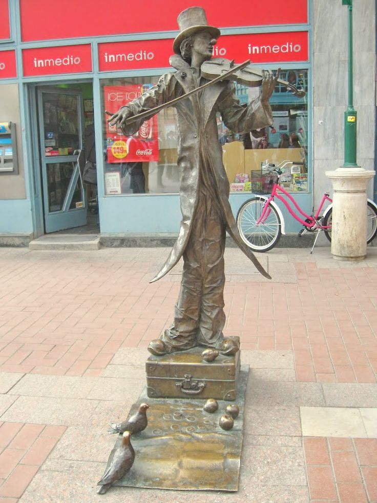 Hungary, Szeged - Violin player (sculptor Sandor Kligl) / Скрипач. Вегрия, Сегед.