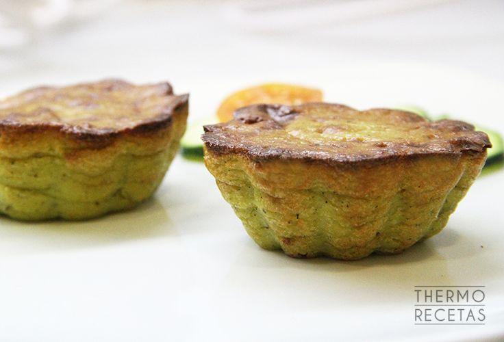 Pequeños pasteles individuales de calabacín y parmesano, con relleno de queso fundido, ideales como aperitivo o complemento de una cena ligera.