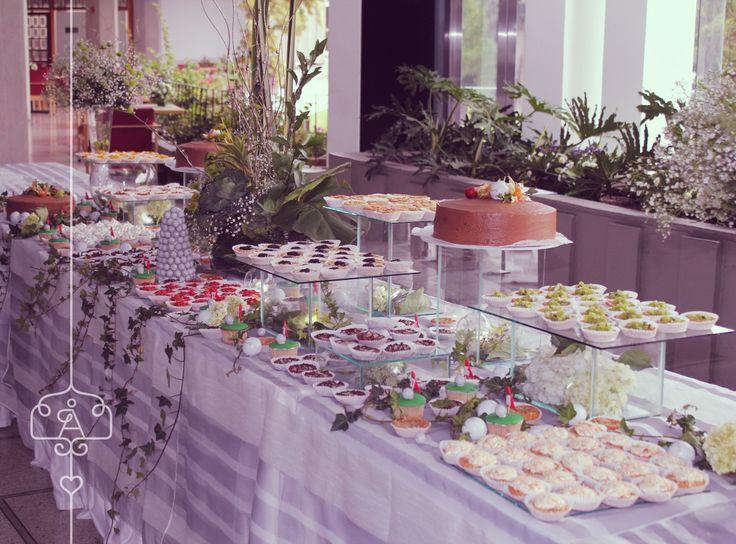Mesa dulce para matrimonio, variedad de petit fours acompañados de ponqué de chocolate