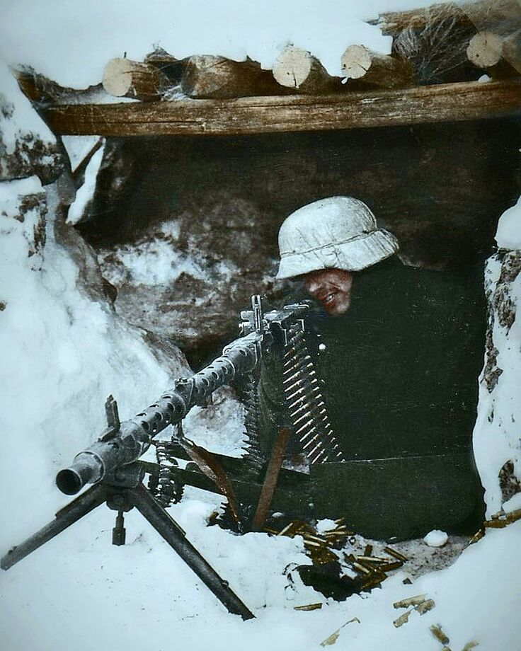 """7,417 curtidas, 92 comentários - Historians Union (@w.w.2_history) no Instagram: """"German soldier with a MG34, Eastern Front, during the winter of 1942 to 1943. - ➖ FOLLOW MY…"""""""