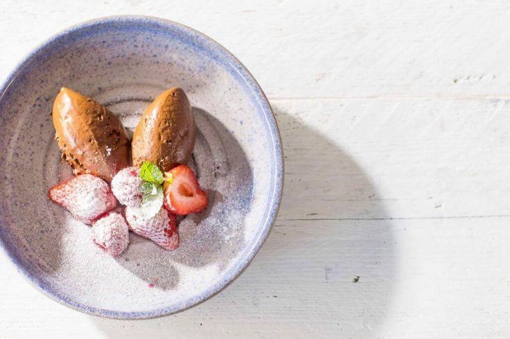 Op zoek naar chocolade mousse zonder melk of eieren? Dit recept voor vegan chocomousse is een perfecte en verrukkelijke oplossing met enkel 3 ingrediënten!