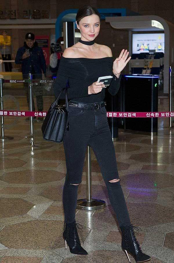miranda kerr look top off shoulder destroyed jeans