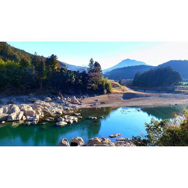 【afem2realm】さんのInstagramをピンしています。 《反対からみた陸の孤島。  メンテナンスで大渇水した小森ダム湖。  何年に一度流れもしっかりな川。  三月の釣り解禁はここでサツキマスから  仕事帰り、こそっと。  Non Filter / GRD4  #川  #鱒 #写真 #山 #太陽 #森 #橋 #自然 #旅 #島 #緑 #絶景 #trip #country #river #photographer #mountain #trout #fishing #sky #nature #amazing #cafe #art #outdoors #landscape #island #design #japan #love》