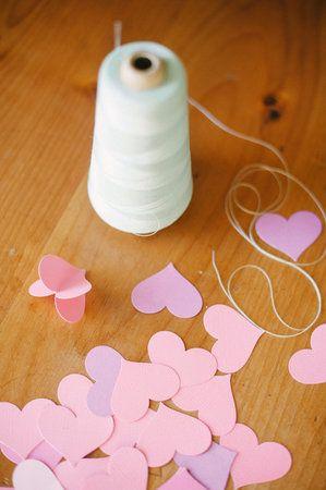 Aprenda a fazer essa guirlanda linda de corações em 3D, que pode ser usada para: - pendurar na decoração do chá - na decoração da cerimônia...