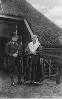 Bruidspaar in Oud Drentse klederdracht bij boerderij te Borger. 1919-1939 kaart VVV #Drente