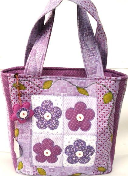 Linda Bolsa, confeccionada em tecido tricoline (tons de lilás). Forrada com manta acrílica, e tecido de algodão.