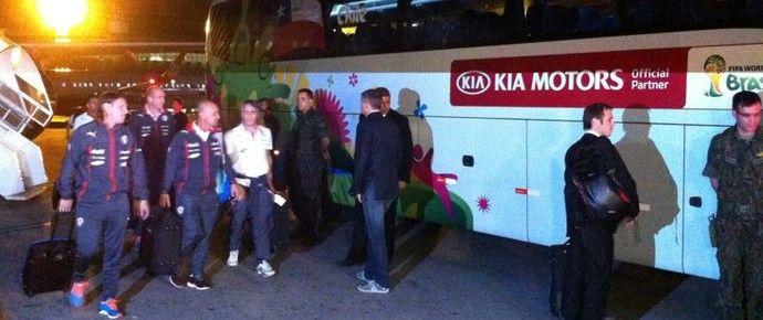 Com atraso, seleção chilena chegou em Belo Horizonte na noite desta quinta-feira (Foto: TV Globo Minas)