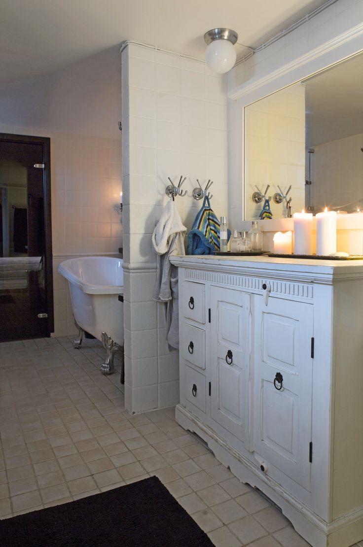Tassuamme ja valkoinen lipasto vanhan talon kylpyhuoneessa. Bath tube and white bureau in bathroom of an old house. | Unelmien Talo&Koti Kuva: Toni Rosvall Toimittaja: Nina Nygård