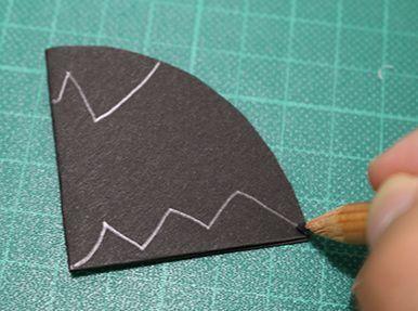 コウモリの形に切り抜くためのガイドを鉛筆で描く|ハロウィンパーティー演出に!コウモリ風ストローマーカーの作り方