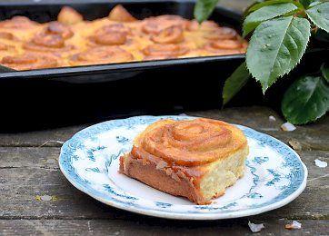 En dejlig opskrift på bløde snegle i bradepande med lækkert karamelfyld. Det er nemt at skære sneglene ud eller evt. blot at brække dem fra hinanden. En rigtig god opskrift, når der skal være kage til mange.