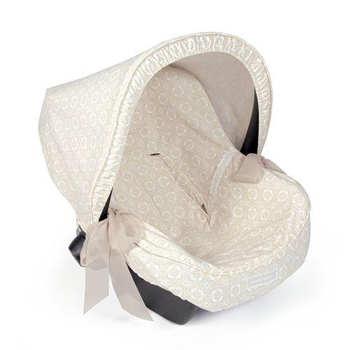 FUNDA GRUPO 0 UNIVERSAL LILI BEIGE. Funda ideal en mosaico beige para cubrir el portabebés y que tu bebé esté fresquito durante los meses de verano. Gracias a la capa anti-sudoración Aerosleep evita la sudoración excesiva del bebé y protege la silla haciendo el paseo más confortable. Dispone de varias aperturas (ojales) y ajuste para adaptarla a la mayoría de los Portabebés. fabricadas conforme a las normativas europeas. Los materiales utilizados son libres de colorantes azoicos y sust...