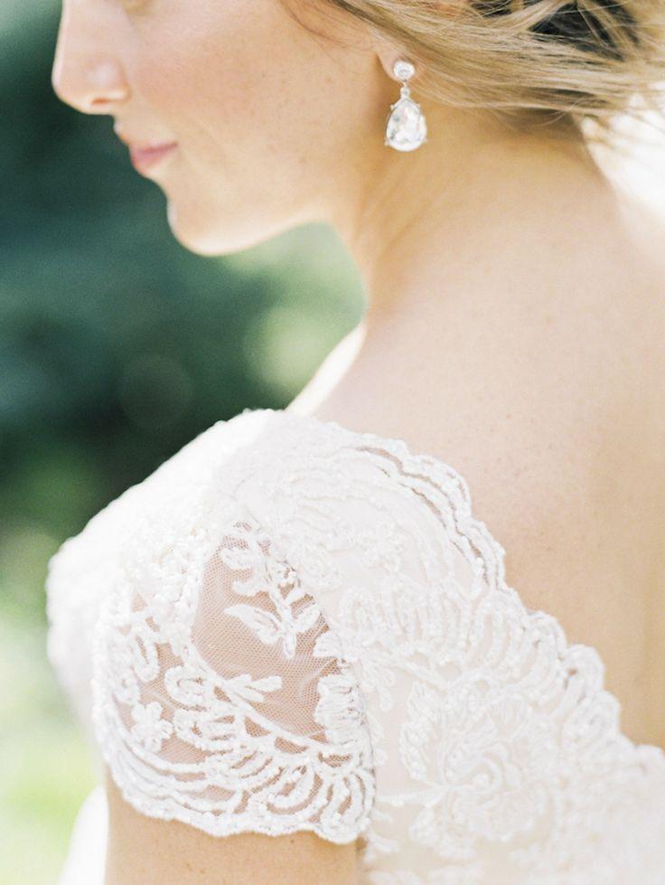コンパクトなデザインが花嫁の清楚さを引き立てる♡ 花嫁の付けるイヤリング一覧。ウェディング・ブライダルの参考に。