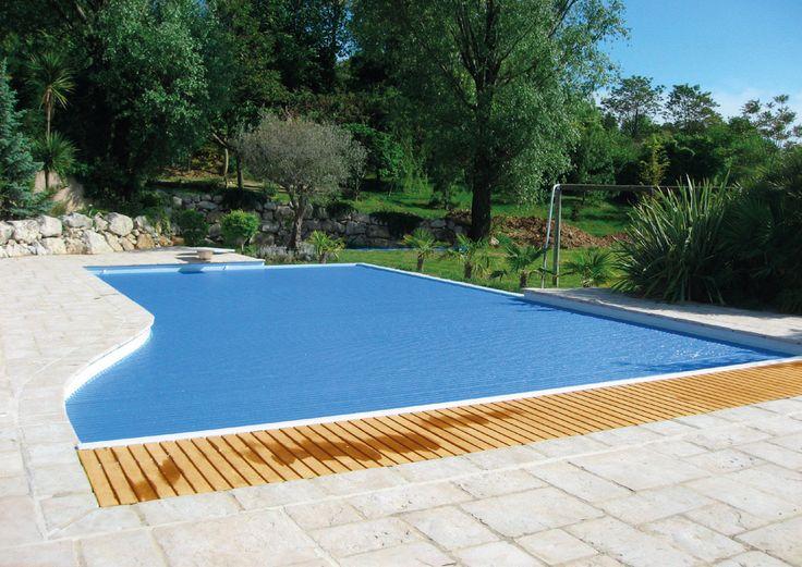 Volet de piscine immergé : Couverture de piscine qui apporte sécurité, simplicité de mise en œuvre et esthétisme. C'est la solution idéale pour tous ceux qui désirent sécuriser leur piscine tout en gardant l'esthétique de leur espace de détente en toute discrétion.