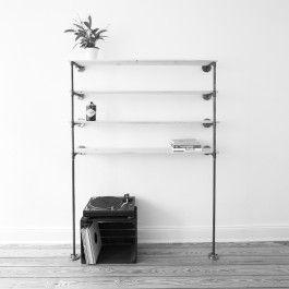 Markantes Standregal aus Stahlrogr. Wird an der Wand montiert und steht mit Standfüßen sicher auf dem Boden. Der Lieferumfang umfasst die beiden Gestelle. Für die Regalbretter ist deine Kreativität gefragt. So hast du die volle Wahl bei Material, Dicke, Optik und Herkunft. Die Bügel sind nicht miteinander verbunden, somit bist du bei der Regalbreite absolut flexibel. Das Brett kann wahlweise direkt auf dem Rohr oder aber auf zusätzlich erhältlichen Auflegern positioniert werden. Bei der Wahl…