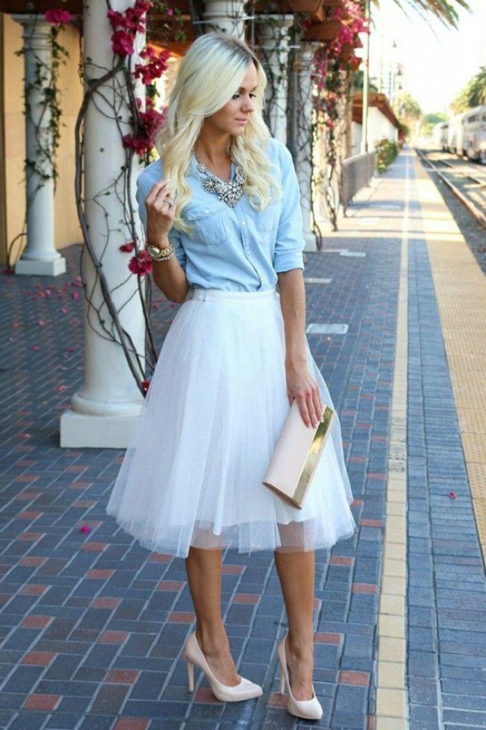 chemise en jeans femme avec une jupe tutu et chaussures champagne
