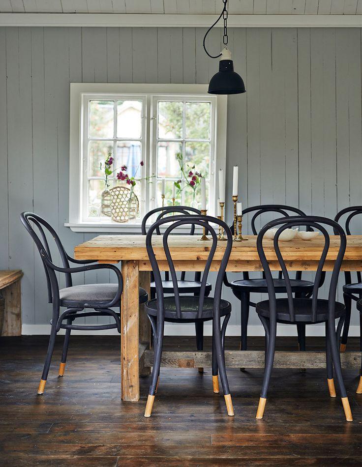 Chaise Bistrot Noir Table Bois Brut