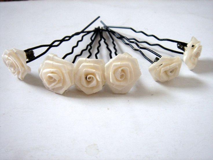 Offerto sono 6 pin capelli neri con le rose. (Diametro Rose 15 mm)  Rose Colore: Crema  Ci sono solo pin capelli mossi, quindi i capelli divent...