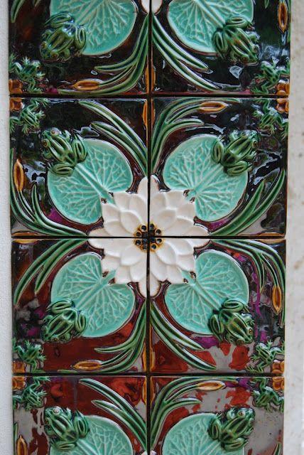 Portuguese ceramic tiles by Bordalo Pinheiro. Charming frogs. via coisas de fazer
