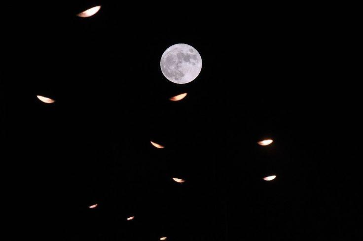 La pleine lune et des feux de signalisation à RennesLa pleine lune et des feux de signalisation à Rennes