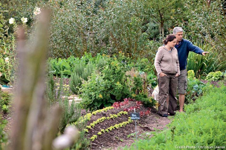 La permaculture est enseignée dans de nombreux jardins en France. À la Ferme du Bec-Hellouin, il est possible d'apprendre les techniques de la permaculture. Bien sûr, aucun pesticide ni produit de synthèse n'est employé.