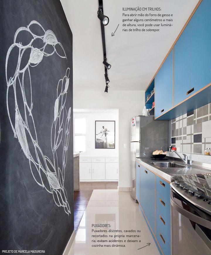 Cozinha corredor em azul e com parede lousa!