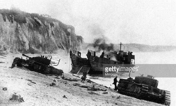 Photo d'actualité : Tanks landing on beach at Dieppe during the raid...