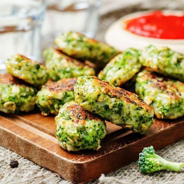 Galettes de brocoli au parmesan : 1 beau brocoli 1/2 bouquet de persil 65 g de farine 2 œufs 30 g de parmesan en poudre 1 petite gousse d'ail sel, poivre
