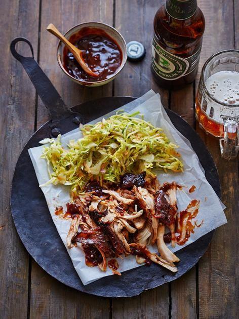 Do the Funky Chicken: BBQ-würzig und so zart, dass es fast von selbst vom Knochen fällt. Mit Spitzkohl-Slaw als feine Begleitung.