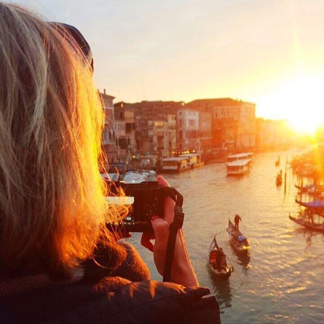 Me and my camera... Und wenn meine Mama mich bei einem Wochenendtrip begleitet gibt es sogar mal ein Bild von mir das ich nicht im Selfie-Style aufgenommen habe.  #takingpictures #canalegrande #venice #sunset #weekendtrip #latergram #venezia #venedig #canalgrande #grandcanal #rialto #rialtobrücke #rialtobridge #sonnenuntergang #reisen #reiselust #wochenendtrip #gondeln
