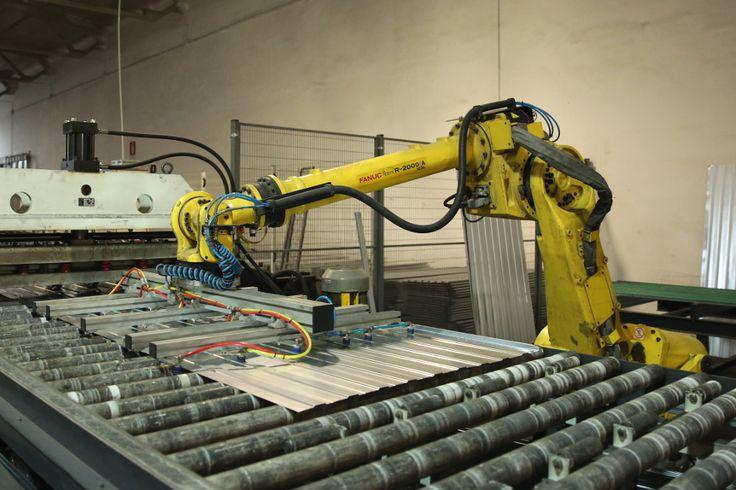 Robot industriale in attività. Meglio stare lontani dal suo raggio d'azione.