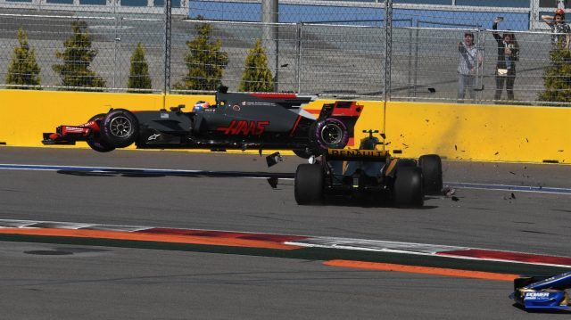 Romain Grosjean (FRA) Haas VF-17 and Jolyon Palmer (GBR) Renault Sport F1 Team RS17 crash on lap one at Formula One World Championship, Rd4, Russian Grand Prix, Race, Sochi Autodrom, Sochi, Krasnodar Krai, Russia, Sunday 30 April 2017. © Sutton Motorsport Images