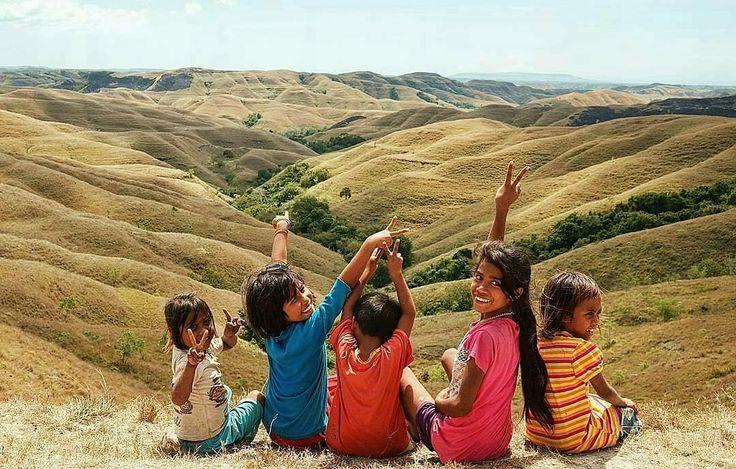 Senyum dan tawa anak anak lokal Sumba.Mereka yang sehari hari bermain di Bukit Warinding akan senantiasa menemani setiap pengunjung yang datang ke bukit ini dengan antusias.Senyuman di wajah mereka akan meninggalkan kesan mendalam dan pastinya akan sulit terlupakan . . 📷 by : @utianastasia . . Next Trip Explore Sumba  22 – 26 Desember  Only Rp 2,475,000/pax  Start : Tambolaka Pkl 12:00 Finish : Waingapu Pkl 12:00  Itinerary >> http://bit.ly/OpenTripPulauSumba . . www.tukangjalan.com