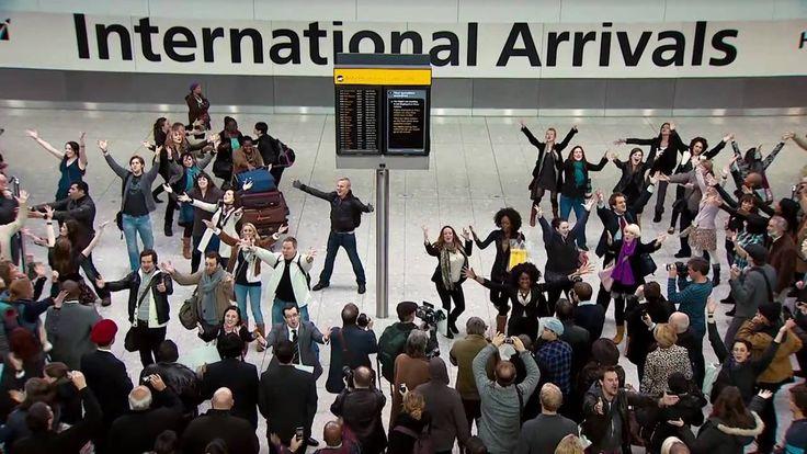 Aeroporto di Heathrow Airport, Terminal 5, 27 ottobre 2010. Nessuno strumento solo talentuosi cantanti per lo spot di T mobile. Che ne dici? #music #LessIsSexy