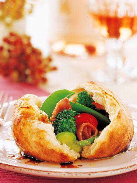 ナポリ風ピザ生地をナイフでそっと割ってみると、色とりどりの春野菜がぽろぽろこぼれてくる。|『ELLE a table』はおしゃれで簡単なレシピが満載!