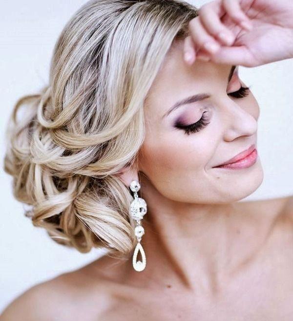 Seitlicher Haarknoten zur Hochzeit-lange aufwendige Ohrringe