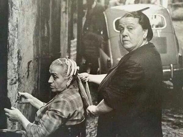 """Napoli -  """"a capera"""" è definita come una figura caratteristica che """"pettinava con particolare maestria le donne che si affidavano alle sue cure"""". Il suo era un lavoro addirittura faticoso, tenendo conto delle abbondanti capigliature di una volta e delle trecce che venivano raccolte nei famosi """"tuppi"""".      #TuscanyAgriturismoGiratola"""