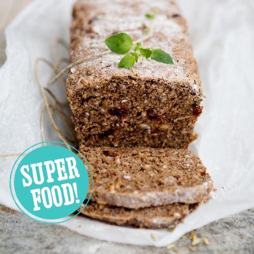 Dit smaakvolle recept voor Deens roggebrood zit bomvol gezonde ingredienten als roggekorrels, zonnebloempitten en gedroogde cranberry's. Het ideale superfood!    1. Doe de roggekorrels en zonnebloempitten in een kom en schenk er kokend water over tot ze...
