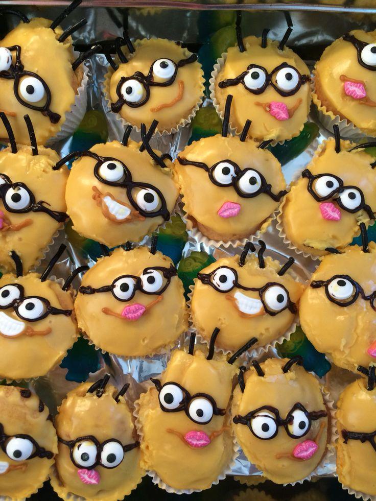 Minion traktatie: geel glazuur, oogjes vd Action en chocostift