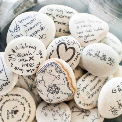 Beschrijfbare stenen | foto: TrouwTrendy  op Weddingdeco.nl