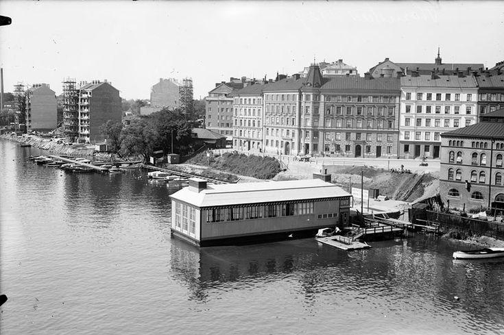 Den nya bostadsbebyggelsen är på gång där Bergsunds verkstäder låg. Det gamla tullhuset vid brofästet har inte rivits än och Liljeholmsbadet är nytt och fr
