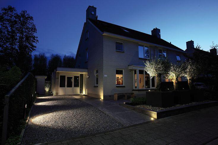 De staande buitenlamp SENTINA schijnt schuin naar beneden en is ideaal voor langs een pad of oprit. In de donkere dagen geeft buitenverlichting een veilig gevoel en brengt het sfeer. #oprit #buitenverlichting #tuinverlichting #tuinlamp