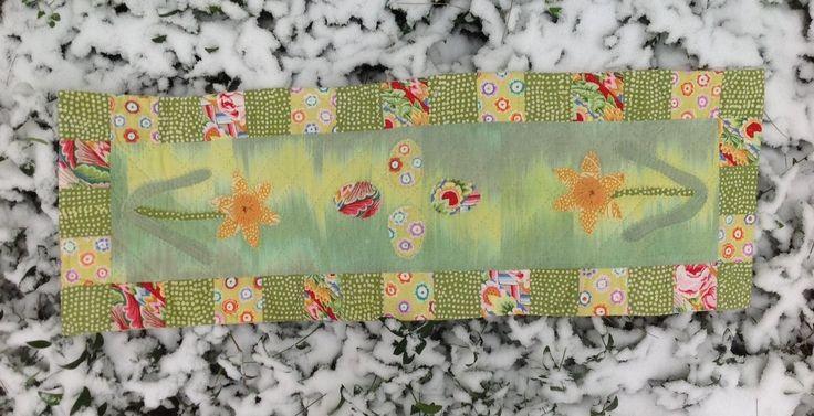 Påskeløber med æg og påskeliljer af Dorthe Jollmann