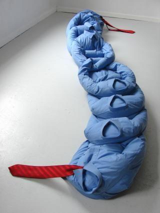 Plateforme pétrolière, 2006, dentelle au fuseau  Élodie Antoine joue avec les formes et les matériaux des objets. Elle les détournes pour leurs propriétés plastiques, dissociant totalement la form…