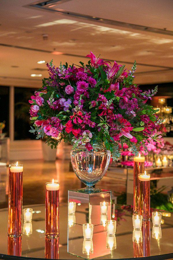 A festa de 15 anos de Heloisa Jobb teve decoração em tons de rosa, com mesas espelhadas e muitas folhagens! A decoração é de Dri Nardozza.