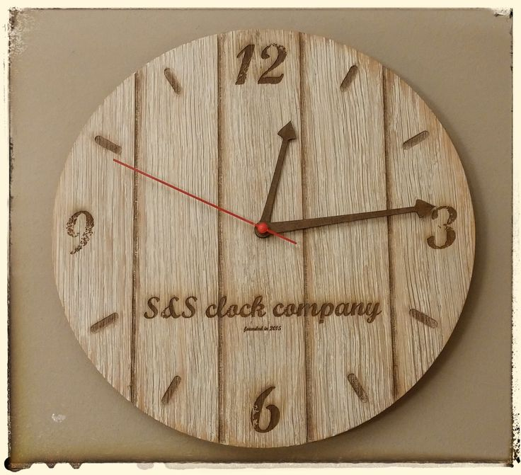 """Hodiny vintage """"White"""" Nástěnné hodiny z dubové překližky. Průměr 30 cm. Různá barevná provedení dle Vašeho přání. Stačí nás kontaktovat a my změníme Vaší představu v realitu. Vyrobené hodiny tu pro Vás vystavíme !"""