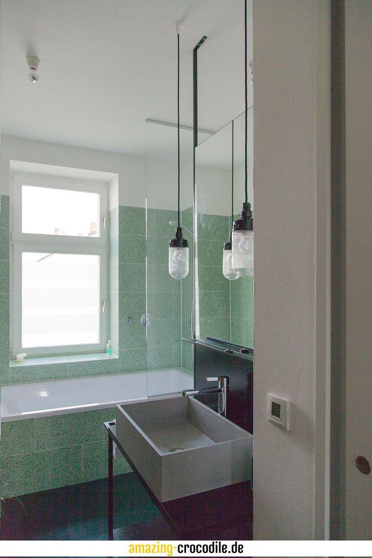 Dieses Bad Ist Im Industrial Style Gehalten Der Tisch Mit Der Halterung Fur Den Spiegel Und Der Ruckwand Als Abtrenn Badgestaltung Badezimmer Grun Waschbecken